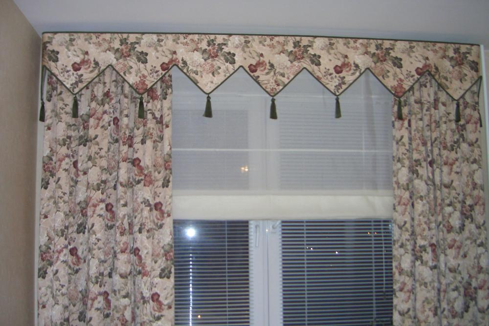 шторы с ламбрекеном и горизонтальные жалюзи